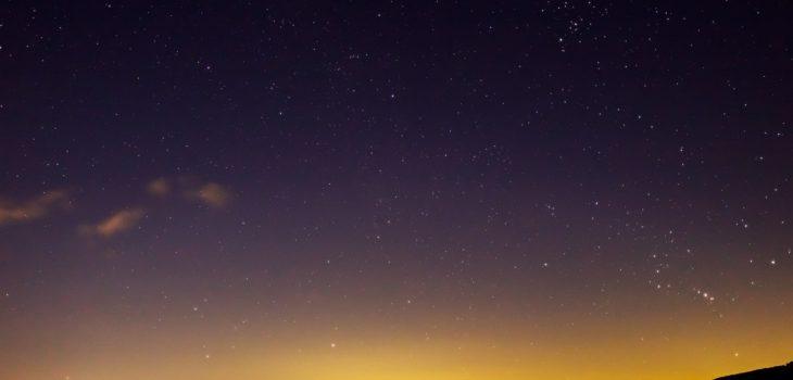 2021年1月1日、信州たてしな 白樺高原の蓼科第二牧場から北東方向、夜景と星空の風景