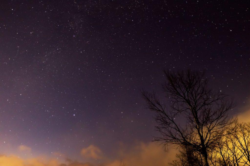 2021年1月2日、信州たてしな 白樺高原の夕陽の丘公園から西北、夜の星空風景。はくちょう座やこと座、天の川。