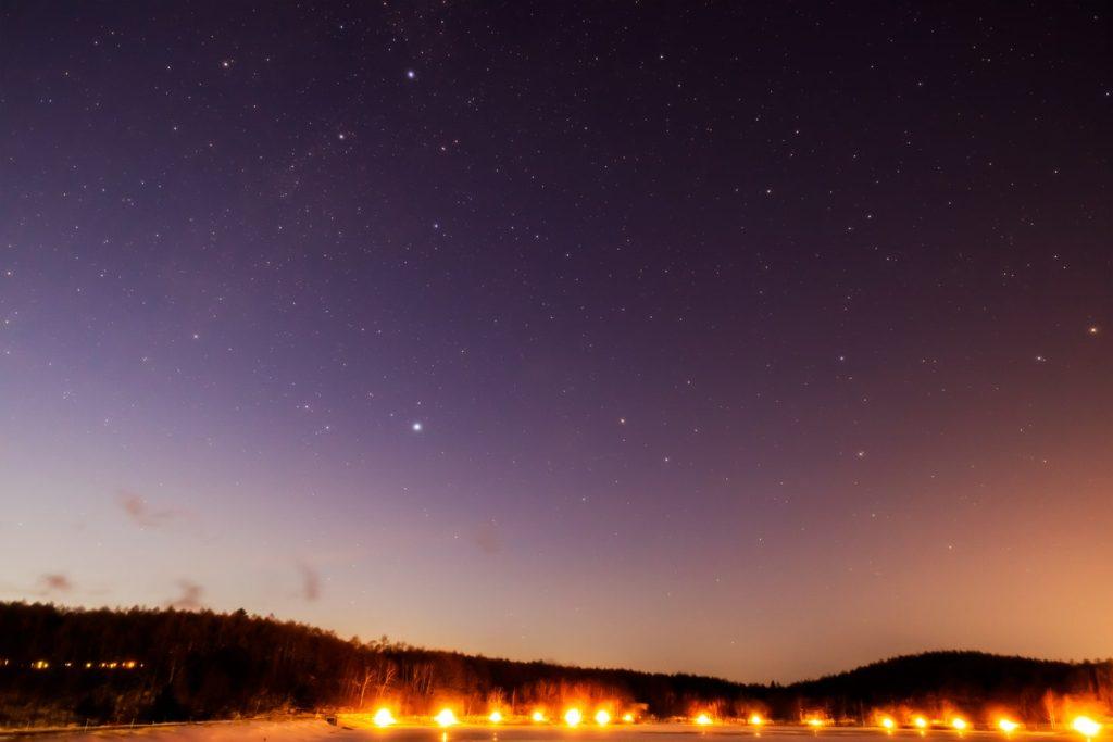 2021年1月3日、信州たてしな 白樺高原の女神湖畔から、夜の星空風景。北西の空には夏の大三角形に関連する、はくちょう座やこと座のほかりゅう座も見える。