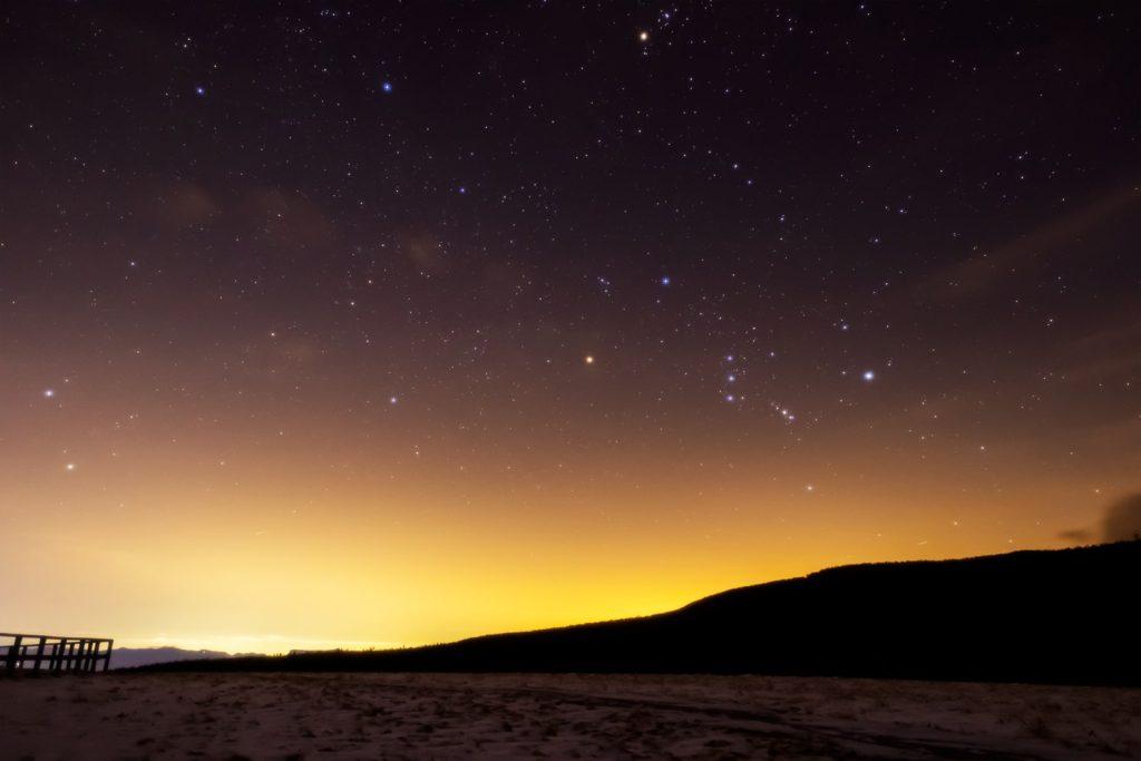 2021年1月3日、信州たてしな 白樺高原の蓼科第二牧場から、夜の星空風景。東から昇ってきたオリオン座やふたご座が輝く。