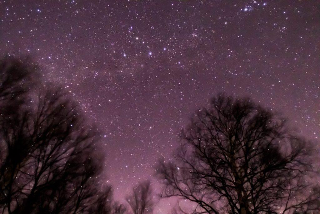 2021年1月4日、信州たてしな 白樺高原の蓼科第二牧場から、夜の星空風景。北の空に浮かぶカシオペア座やケフェウス座、また天の川も良く見える。