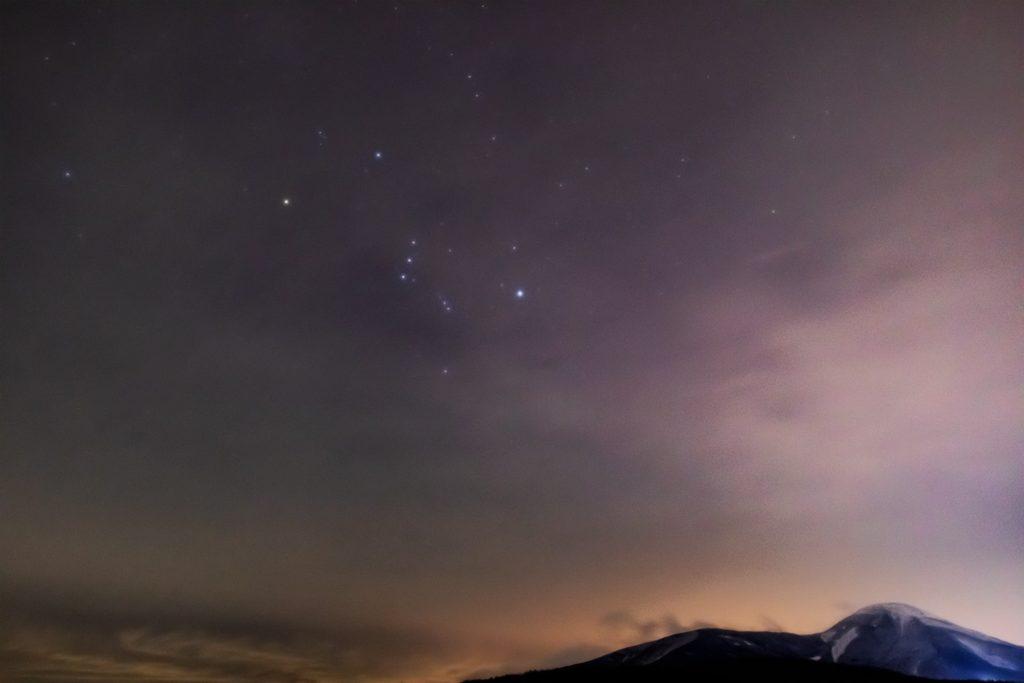 2021年1月5日、信州たてしな 白樺高原の蓼科第二牧場から、夜の星空風景。雲の先にかすかに見えるオリオン座。