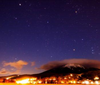 2021年1月6日、信州たてしな 白樺高原の白樺湖畔から、夜の星空風景