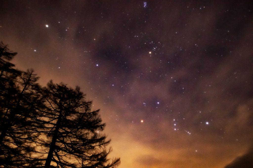 2021年1月7日、信州たてしな 白樺高原の蓼科第二牧場から、夜の星空風景。うすい雲の無効に見えるオリオン座・ぎょしゃ座・プレアデス星団(すばる)など
