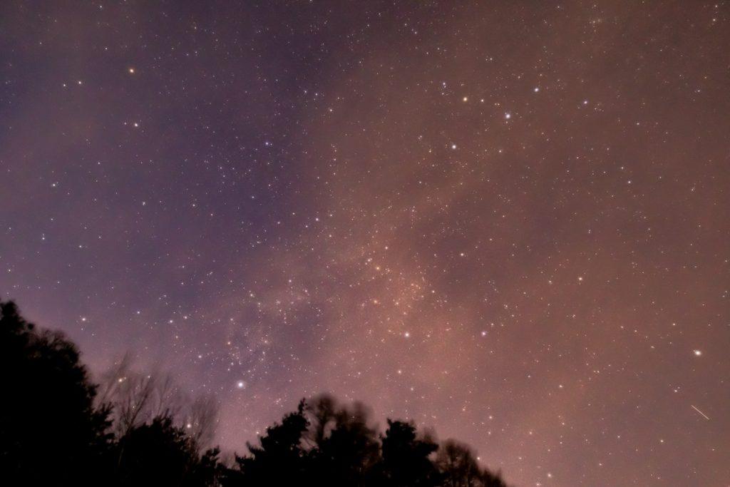 2021年1月8日、信州たてしな 白樺高原の三望台から、夜の星空風景。北の空にはカシオペア座やケフェウス座をはじめ多くの星が輝いている。