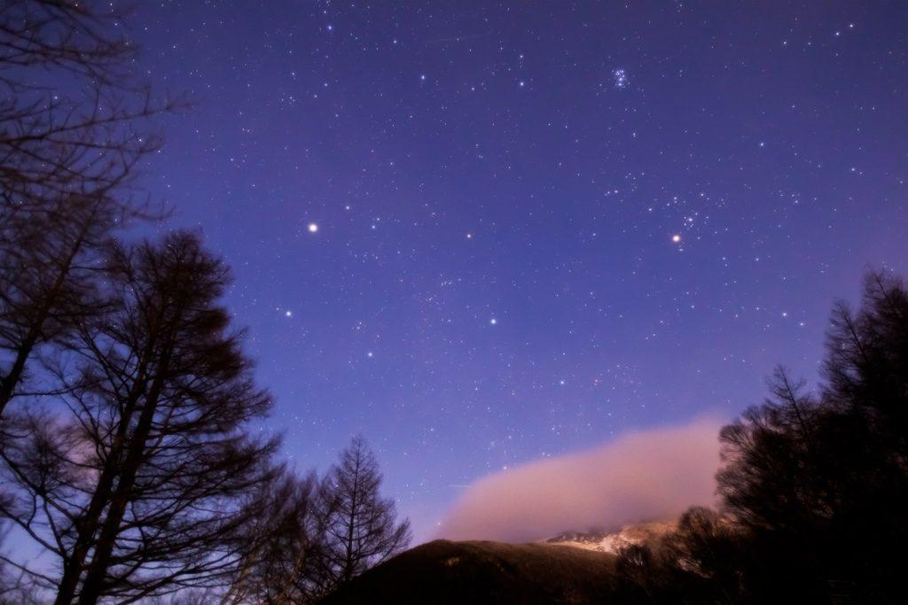 2021年1月9日、信州たてしな 白樺高原の夕陽の丘公園から見た東側、夜の星空風景。雲のかかった蓼科山とぎょしゃ座、プレアデス星団(すばる)など