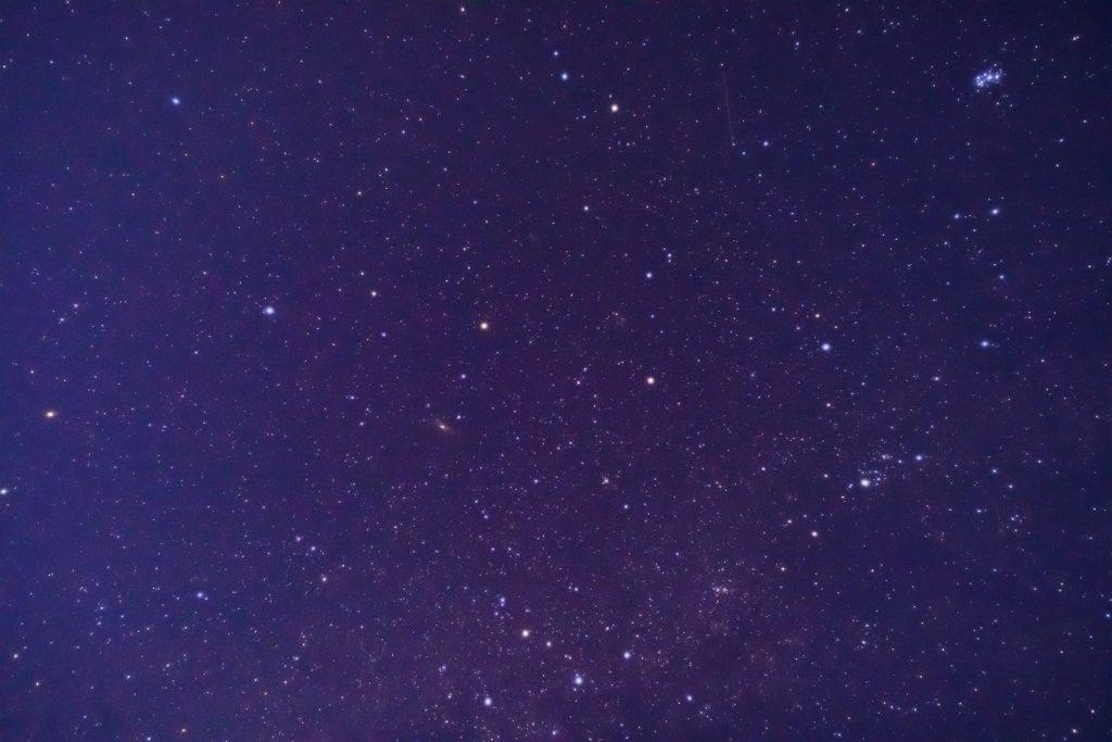 2021年1月10日、信州たてしな 白樺高原の夕陽の丘公園から見た、夜の星空風景。上空に輝くカシオペヤ座、アンドロメダ座、ペルセウス座など