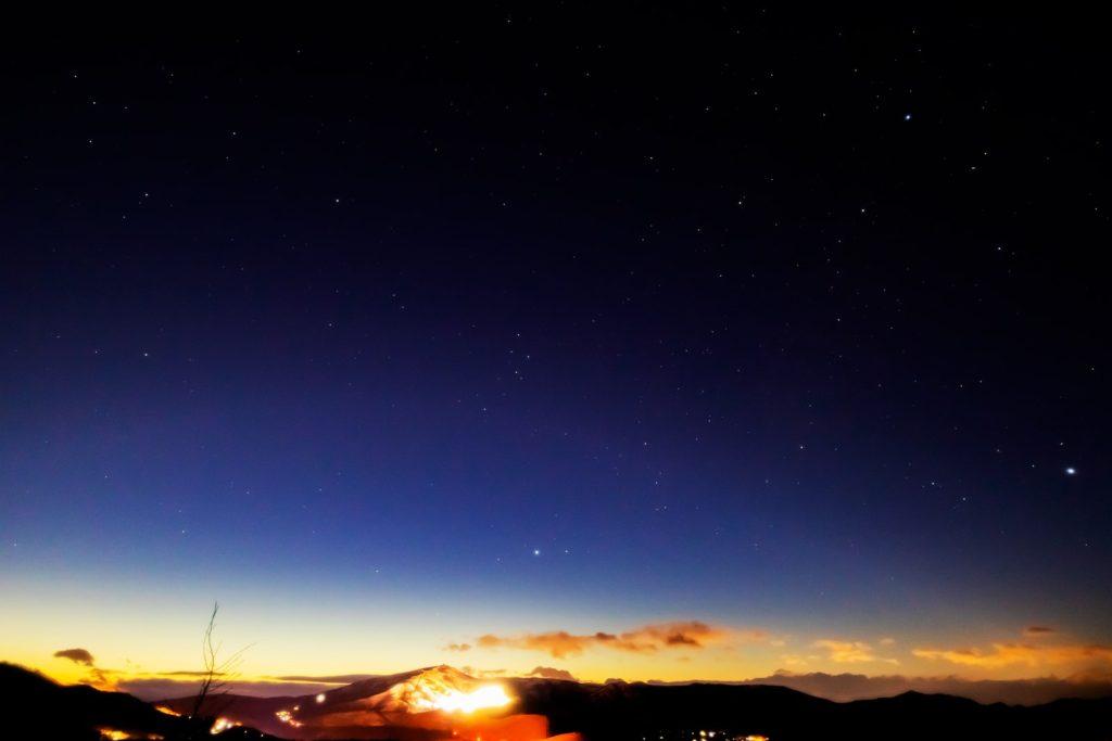 2021年1月10日、信州たてしな 白樺高原の夕陽の丘公園から見た西、夜の星空風景。西の空に大きく見える夏の大三角形(こと座のベガ・わし座のアルタイル・はくちょう座のデネブ)