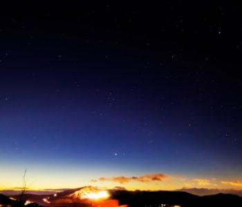 2021年1月10日、信州たてしな 白樺高原の夕陽の丘公園から見た西、夜の星空風景