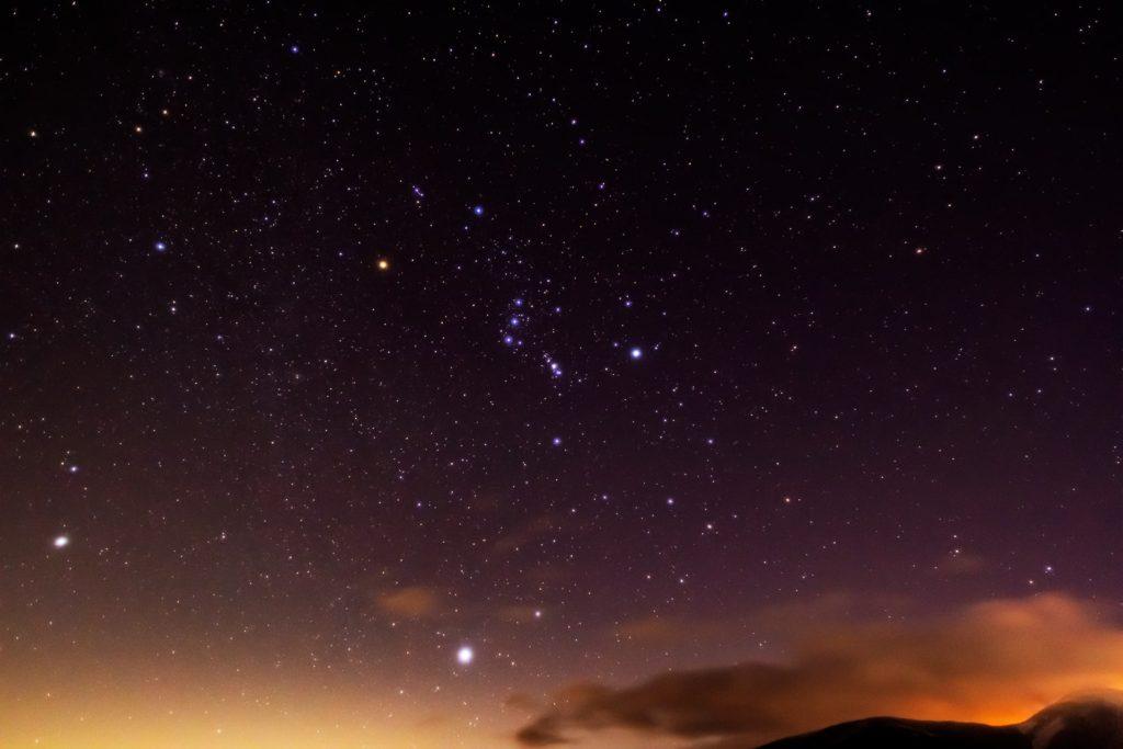 2021年1月10日、信州たてしな 白樺高原の蓼科第二牧場から、夜の星空風景。東の空に昇ってきた冬の大三角(オリオン座のベテルギウス・おおいぬ座のシリウス・こいぬ座のプロキオン)