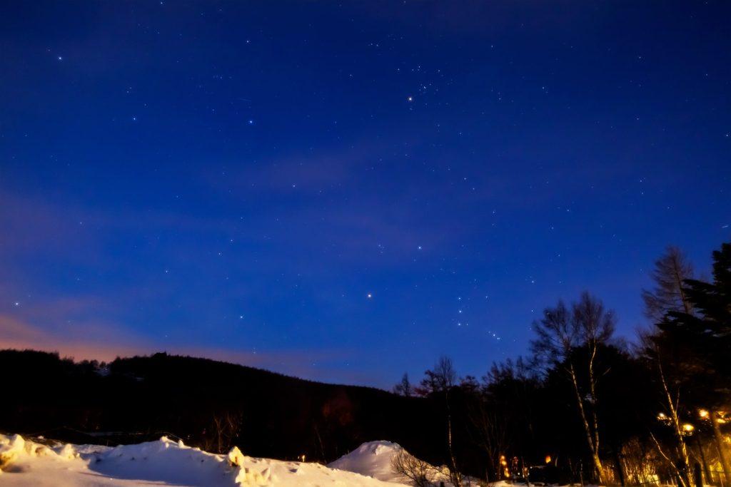 2021年1月11日、信州たてしな 白樺高原の女神湖畔から、夜の星空風景。東の空にうかぶオリオン座など