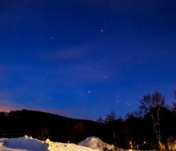 2021年1月11日、信州たてしな 白樺高原の女神湖畔から、夜の星空風景