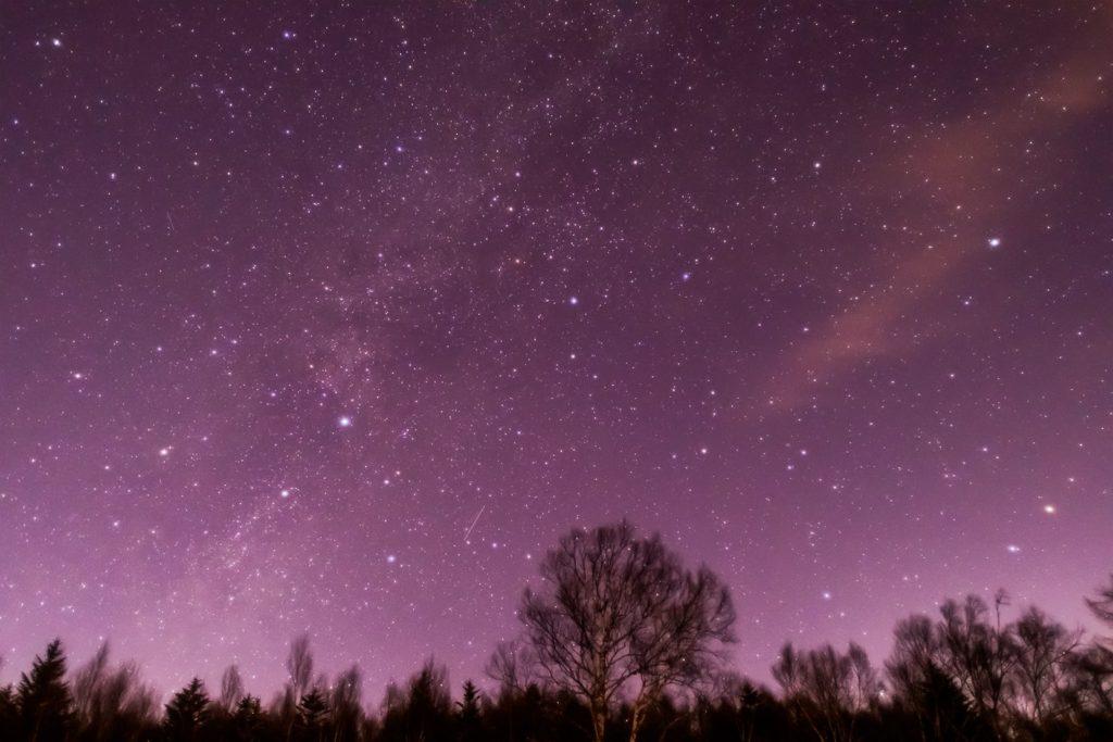 2021年1月12日、信州たてしな 白樺高原の蓼科第二牧場から、夜の星空風景。蓼科第二牧場から北西の空に見えるのは、天の川のほかはくちょう座やケフェウス座、こぐま座などの星座。