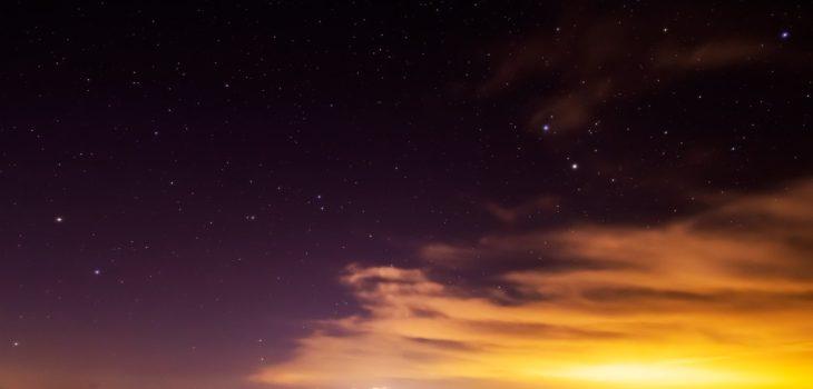 2021年1月12日、信州たてしな 白樺高原の蓼科第二牧場から、夜の雲海と星空の風景