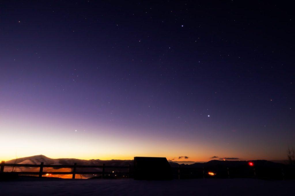 2021年1月13日、信州たてしな 白樺高原の夕陽の丘公園から見た西の空、夜の星空風景。西の空にははくちょう座、こと座のほか夏の大三角などが見える。