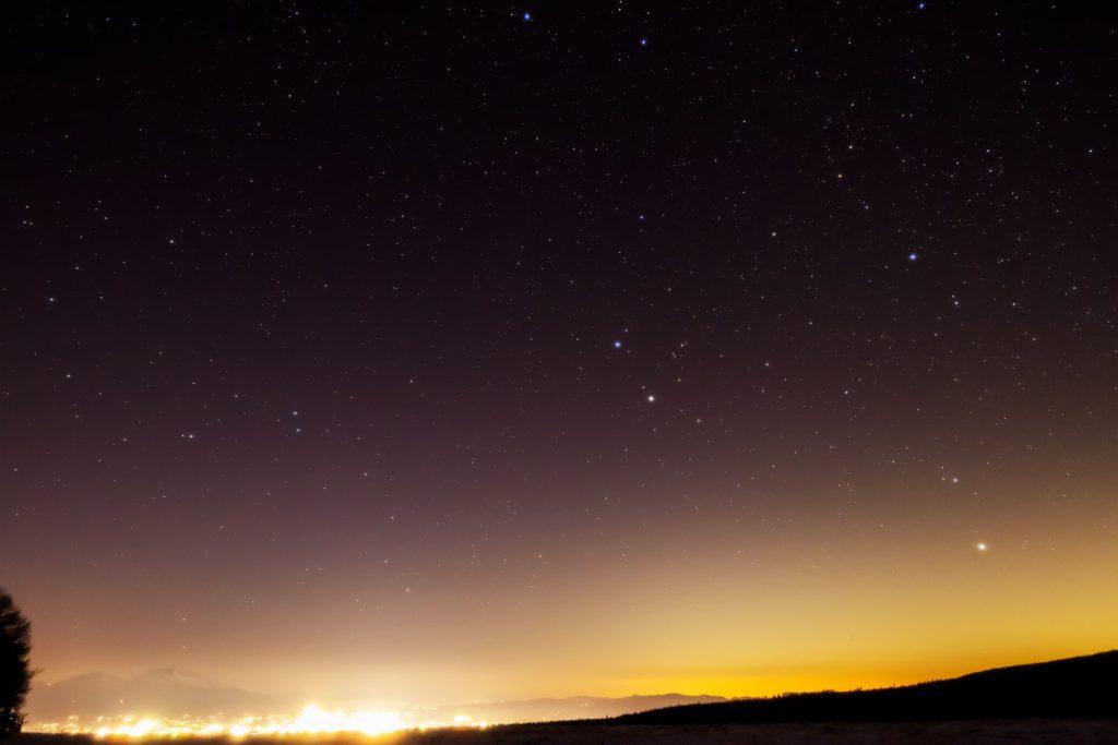 2021年1月13日、信州たてしな 白樺高原の蓼科第二牧場から、夜の星空風景。佐久平の夜景の上空に輝くふたご座など
