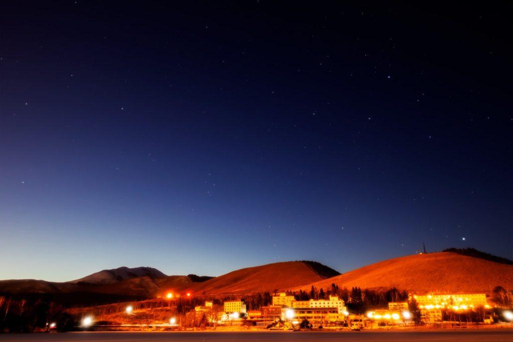 2021年1月15日、信州たてしな 白樺高原の白樺湖畔から、夜の星空風景。薄明るい北西の空に浮かぶはくちょう座とこと座。
