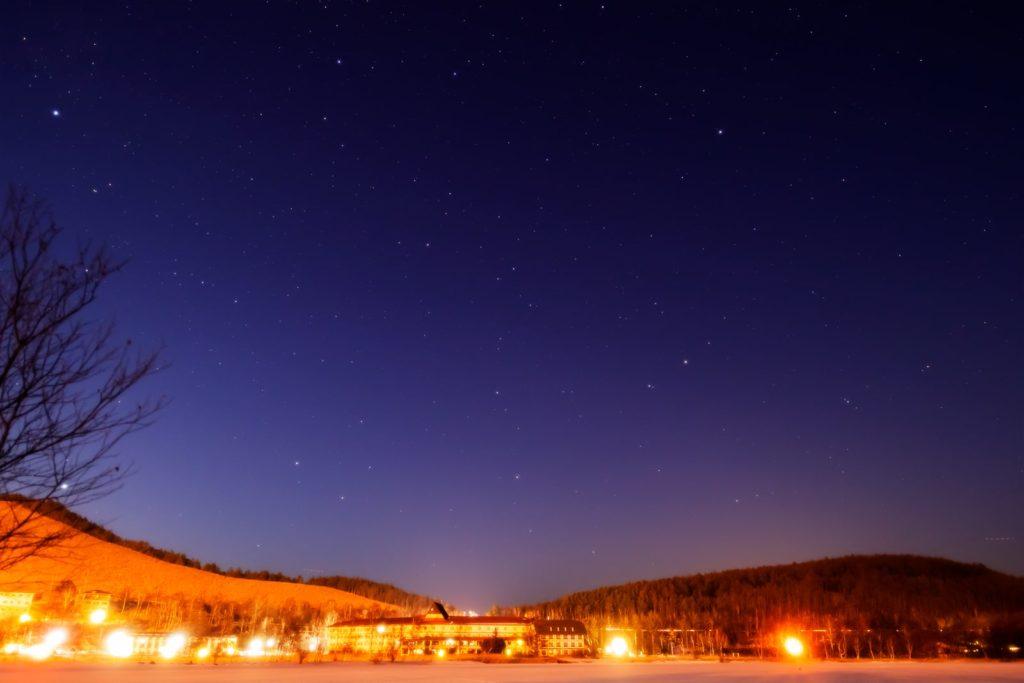 2021年1月15日、信州たてしな 白樺高原の白樺湖畔から、夜の星空風景2。北の空にはりゅう座やこぐま座がはっきりと見える。