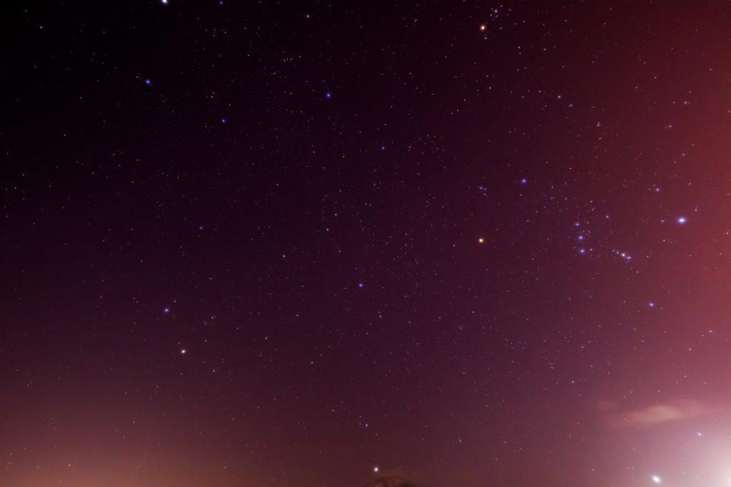 2021年1月15日、信州たてしな 白樺高原の白樺湖畔から、夜の星空風景3。蓼科山の上空に見えるオリオン座、ふたご座と写真いっぱいに広がる冬のダイヤモンド。