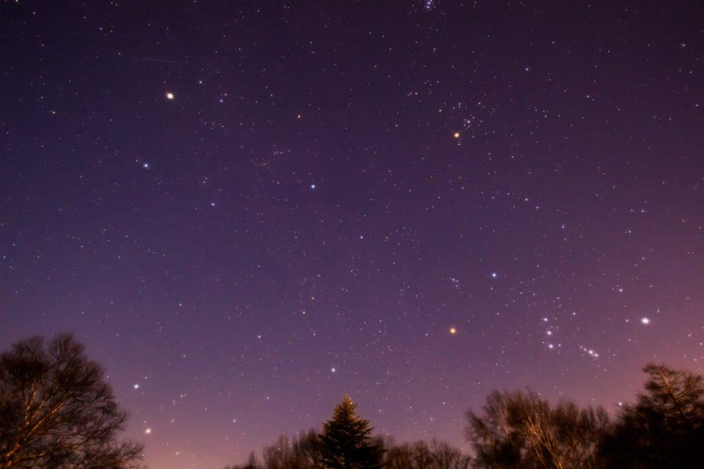 2021年1月16日、信州たてしな 白樺高原の女神湖畔から、夜の星空風景。東の空に浮かぶオリオン座やふたご座、ぎょしゃ座、おうし座など。