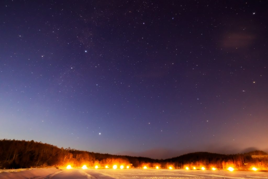 2021年1月16日、信州たてしな 白樺高原の女神湖畔から、夜の星空風景2。はくちょう座、こと座、りゅう座、こぐま座が見える。
