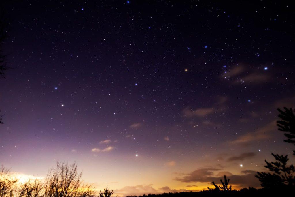 2021年1月17日、信州たてしな 白樺高原の三望台から、夜の星空風景。東には冬の星座であるオリオン座が見える。