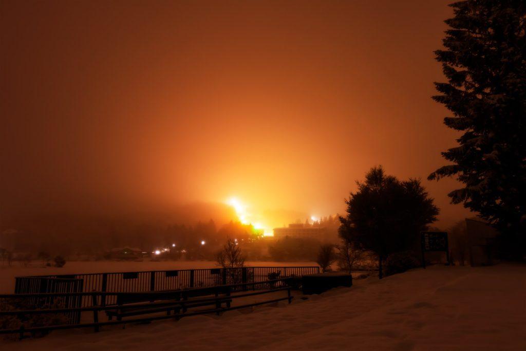 2021年1月23日、信州たてしな 白樺高原の白樺湖畔から、夜の風景。雲に覆われた白樺湖。
