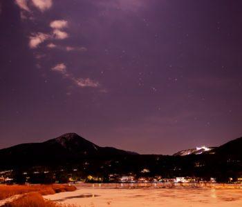 2020年12月27日、信州たてしな 白樺高原の白樺湖畔から、夜の星空風景