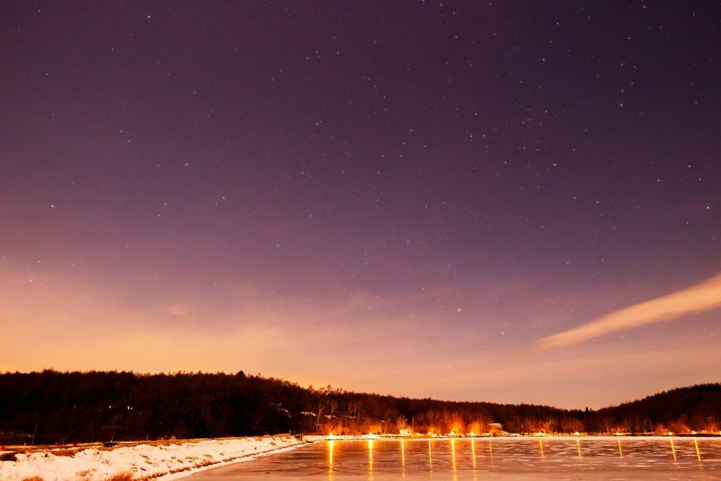 2020年12月27日、信州たてしな 白樺高原の女神湖畔から、夜の星空風景。凍結した女神湖と北西方向の星空に見えるペガスス座やケフェウス座。