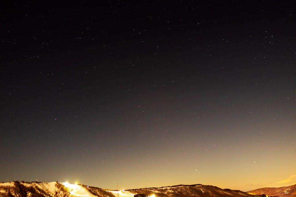 2020年12月28日、信州たてしな 白樺高原の夕陽の丘公園から西、夜の星空風景。木星、土星、みずがめ座ややぎ座などが見える南西の空