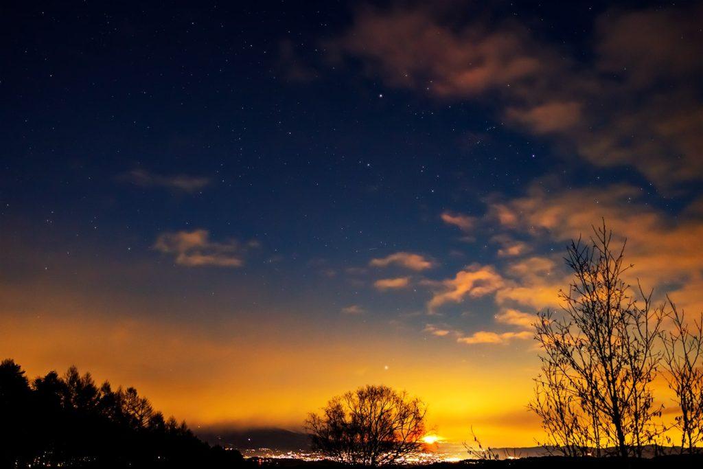 2020年12月31日、信州たてしな 白樺高原の三望台から北東方向、夜の星空風景。2020年大晦日の夜景と星空。ぎょしゃ座や昇ってきた月など