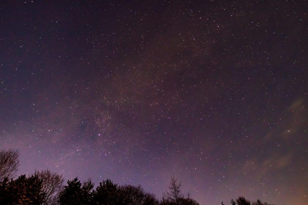 2020年12月31日、信州たてしな 白樺高原の三望台から北西方向、夜の星空風景。はくちょう座や天の川のほかカシオペア座、ケフェウス座など
