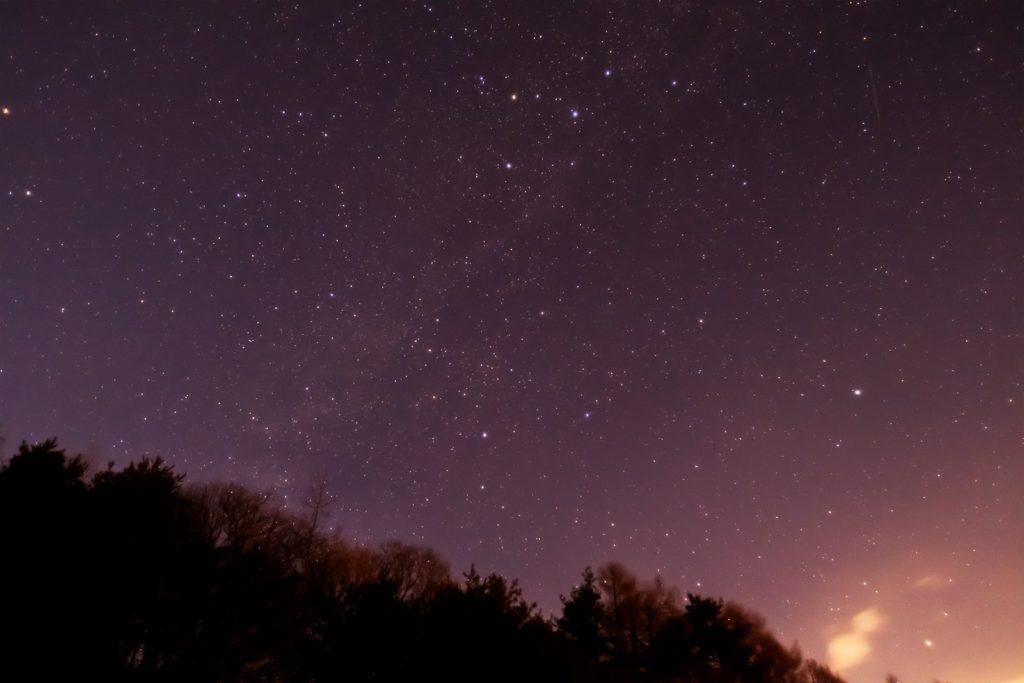 2021年1月18日、信州たてしな 白樺高原の三望台から、夜景と星空の風景。北の空にはカシオペヤ座などがよく見える。