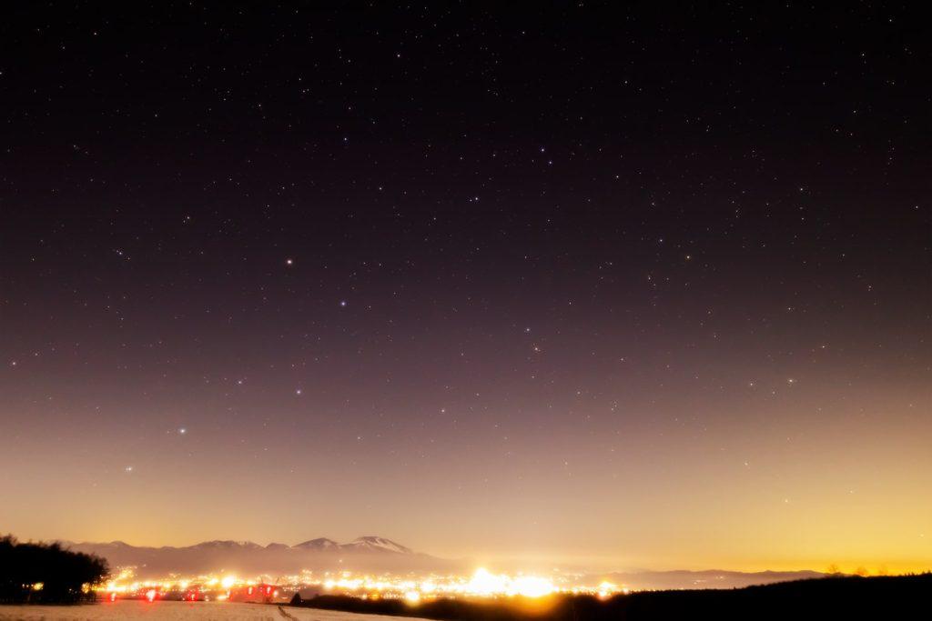 2021年1月20日、信州たてしな 白樺高原の蓼科第二牧場から、夜景と星空の風景。蓼科第二牧場から見た夜の浅間山と夜景、そして星空には北斗七星が輝く
