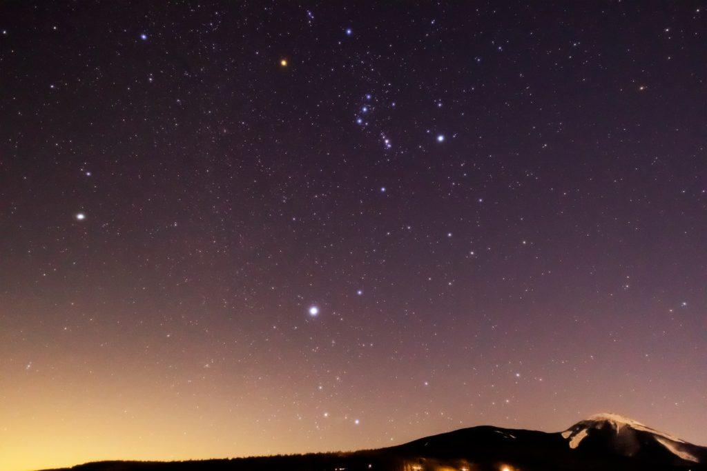 2021年1月20日、信州たてしな 白樺高原の蓼科第二牧場から、夜の星空風景。蓼科山の上空に輝くオリオン座と冬の大三角