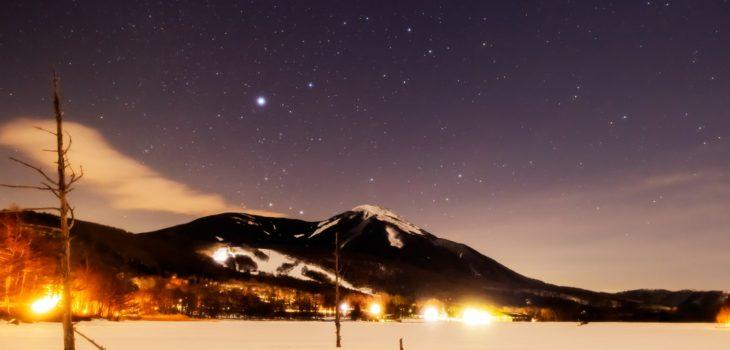 2021年1月21日、信州たてしな 白樺高原の女神湖から、蓼科山と夜の星空風景