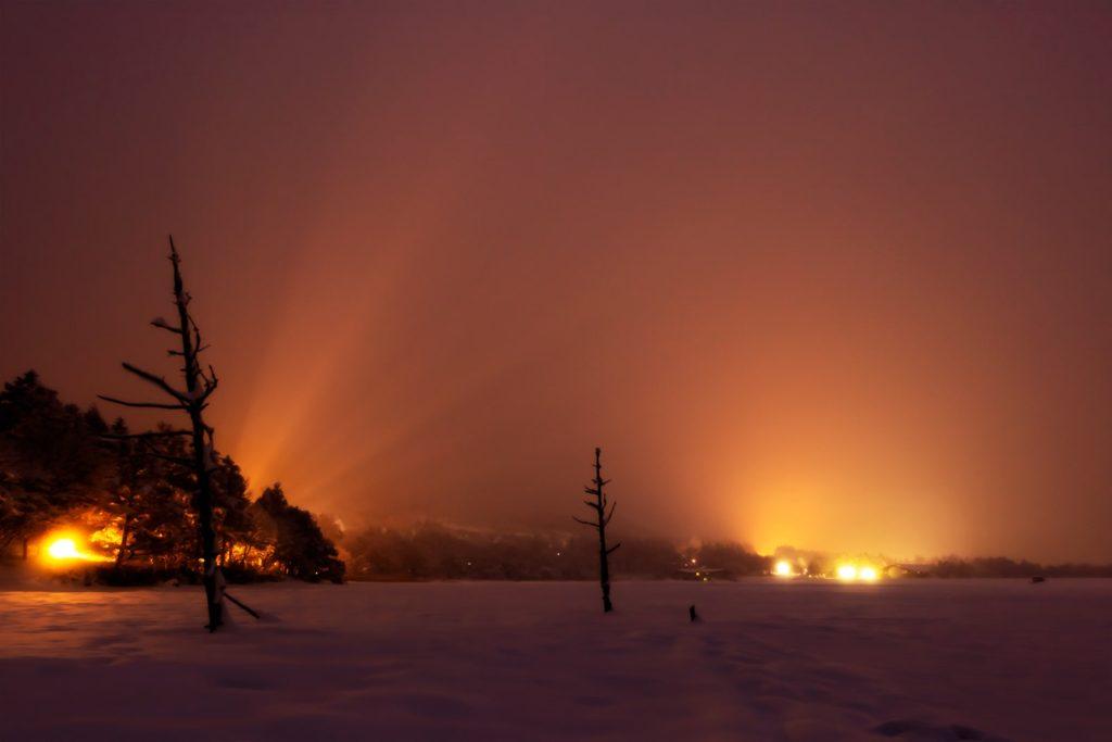 2021年1月24日、信州たてしな 白樺高原の女神湖から、夜の風景。雲に覆われた女神湖畔からの眺め。