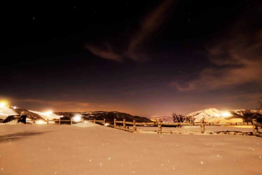 2021年1月25日、信州たてしな 白樺高原の夕陽の丘公園から見た西の空、夜の星空風景。西に見える御嶽山のすぐ上に見える水星。