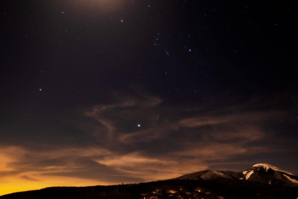 2021年1月25日、信州たてしな 白樺高原の蓼科第二牧場から、夜の星空風景。蓼科山の上空に見える冬の大三角。