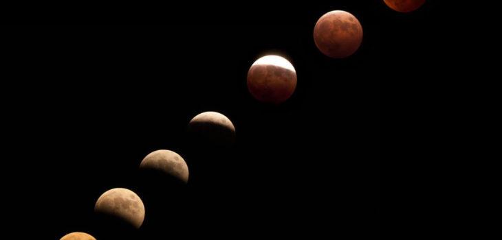 満月が徐々に地球の影に入り赤く染まってゆく皆既月食