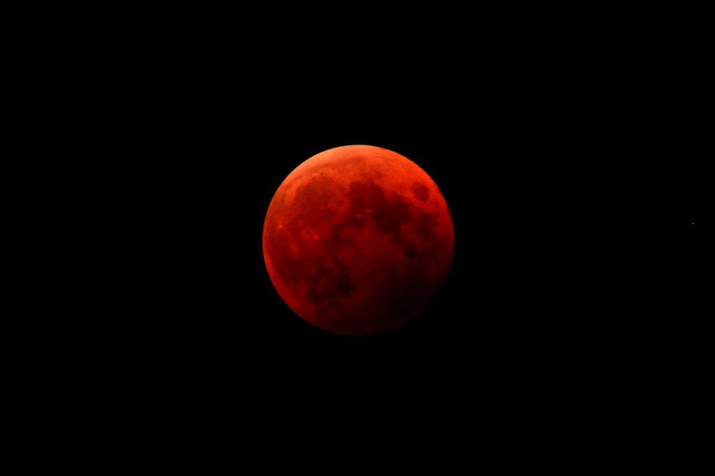 全体が地球の影に入って赤く染まる皆既月食