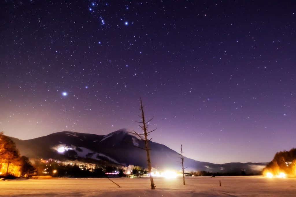 2021年1月31日、信州たてしな 白樺高原の女神湖畔から、蓼科山と夜の星空風景